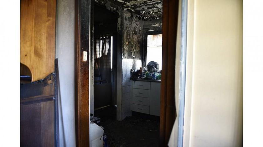 Άνθρωπος σώζει σκύλο από το σπίτι του που καίγεται (2)