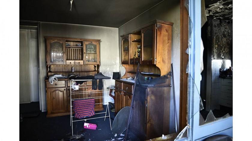Άνθρωπος σώζει σκύλο από το σπίτι του που καίγεται 3
