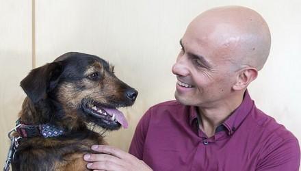 Έλληνας καθηγητής στην Αυστραλία ερευνά αν ο σκύλος βοηθά να ζούν οι άνθρωποι περισσότερο